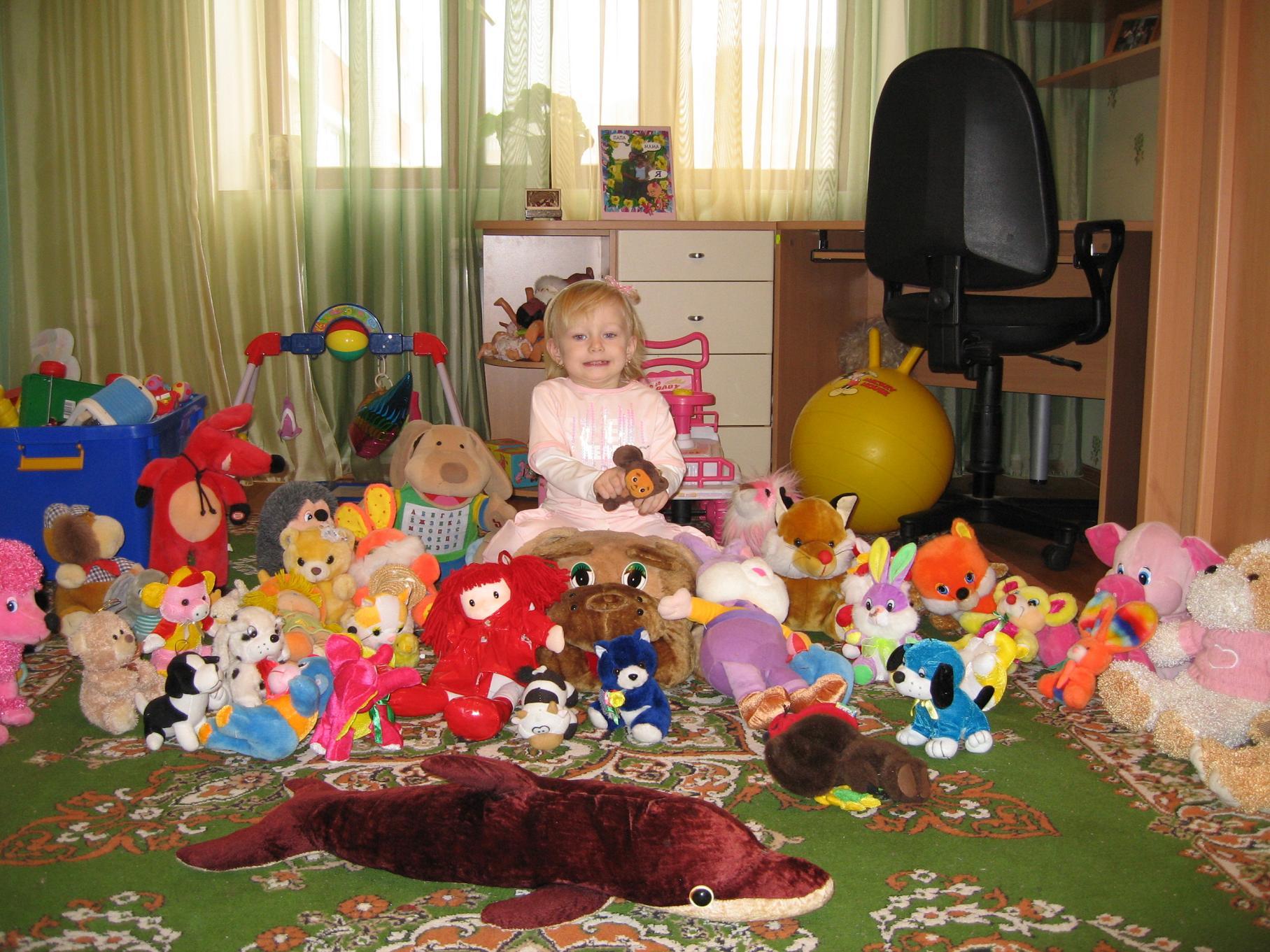 Ксения в совей комнате. Дети с игрушками