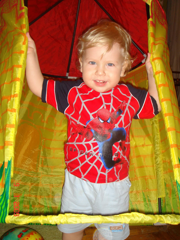 Я человек-паук. Дети с игрушками