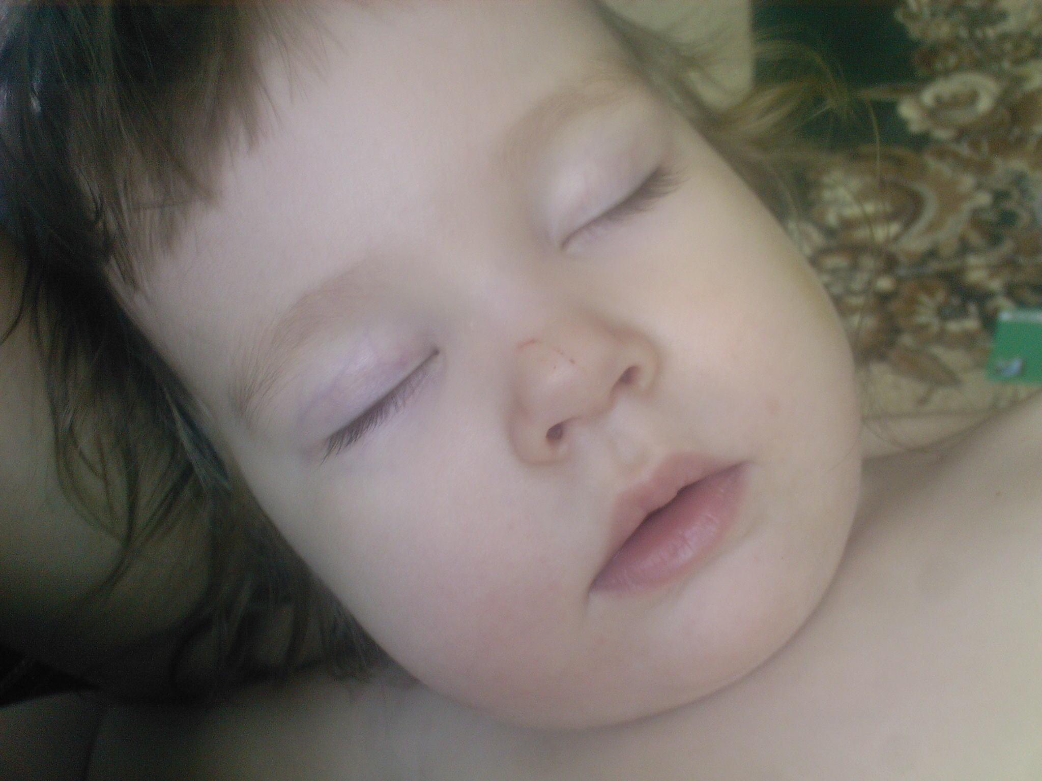 полинка спит. Спящие дети