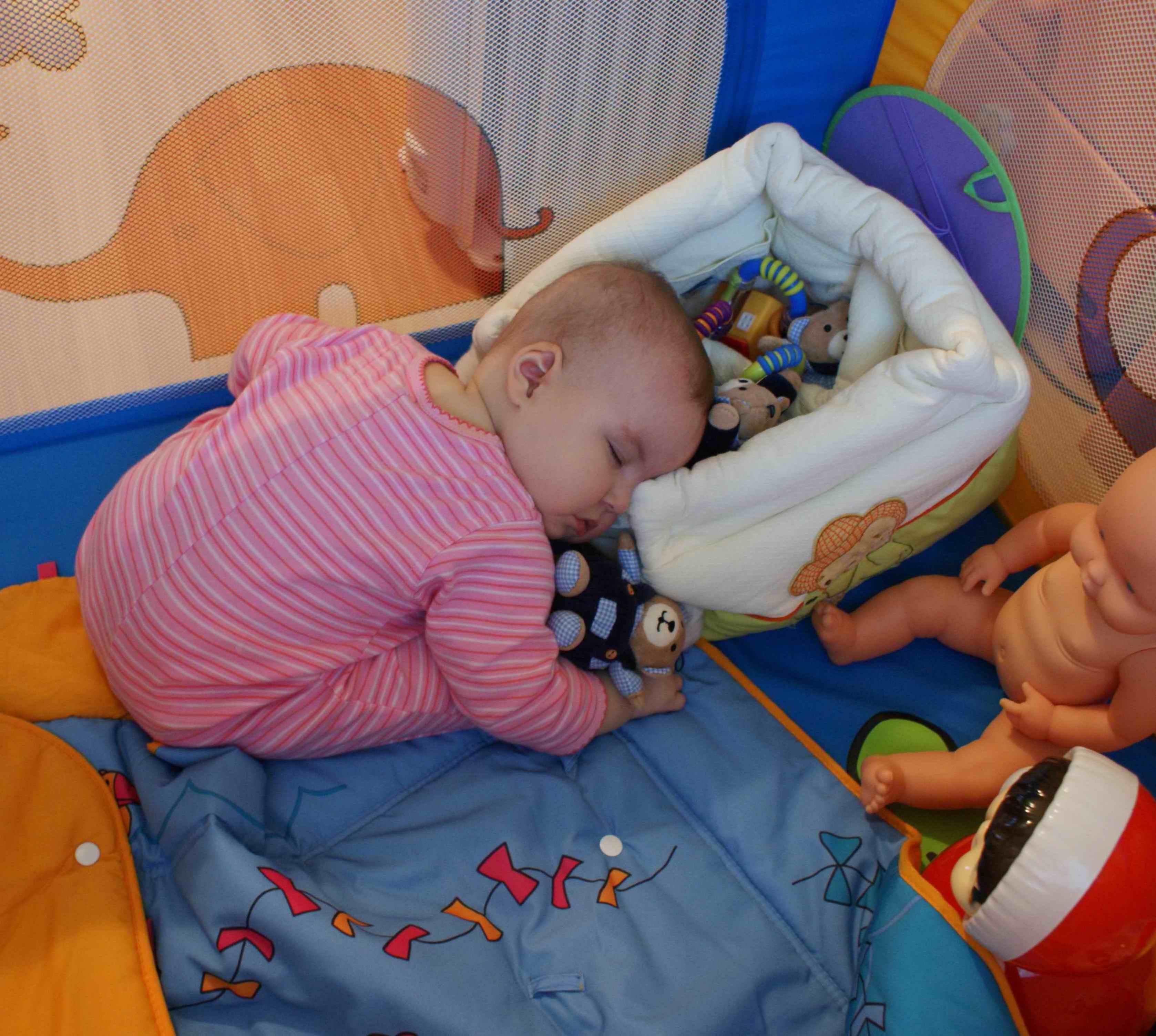заснула во время игры. Спящие дети