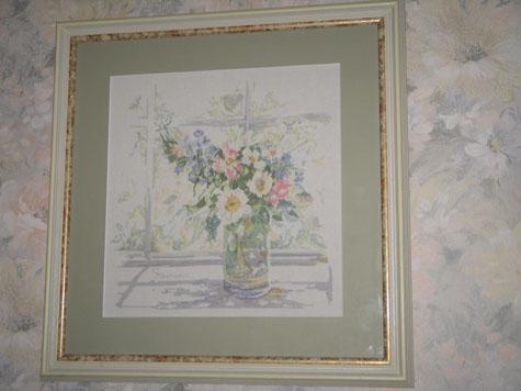 Ваза на окне. Оформленная.. Растения (в основном цветы)