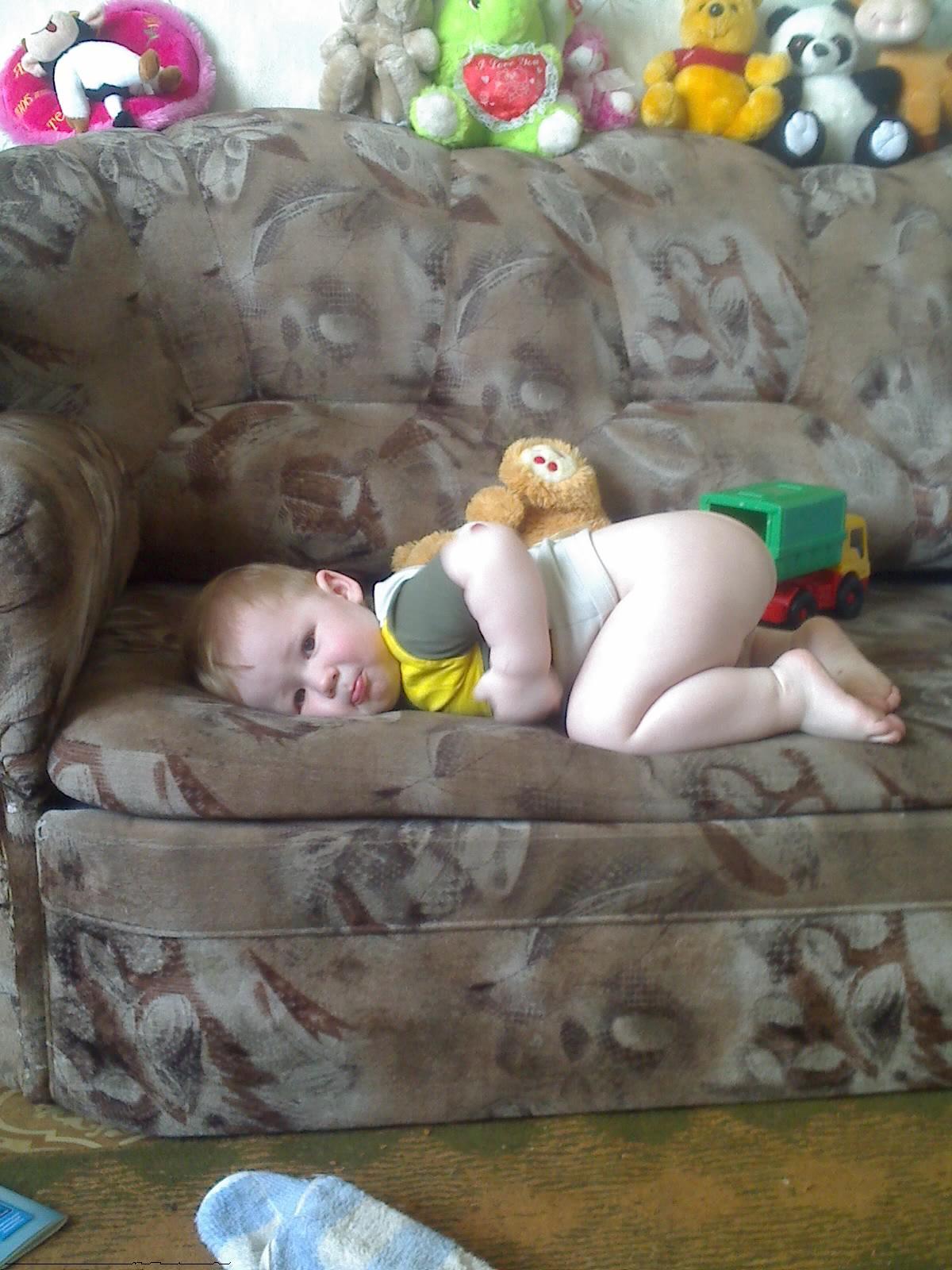 лег отдохнуть. Дети с игрушками