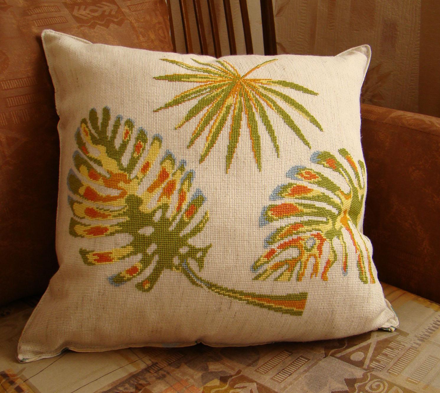 Подушечка с тропическими листьями. Диванные подушки с вышивкой и без