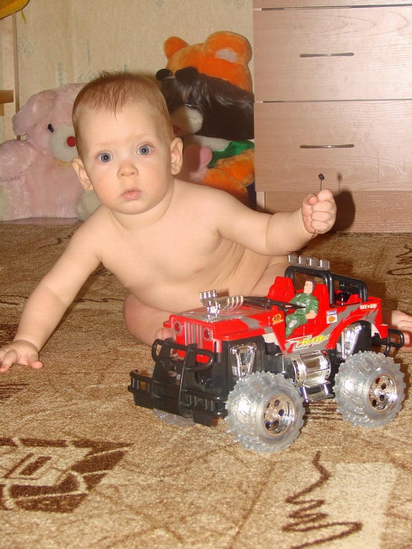 Я сижу,играю- маме не мешаю !!!. Дети с игрушками