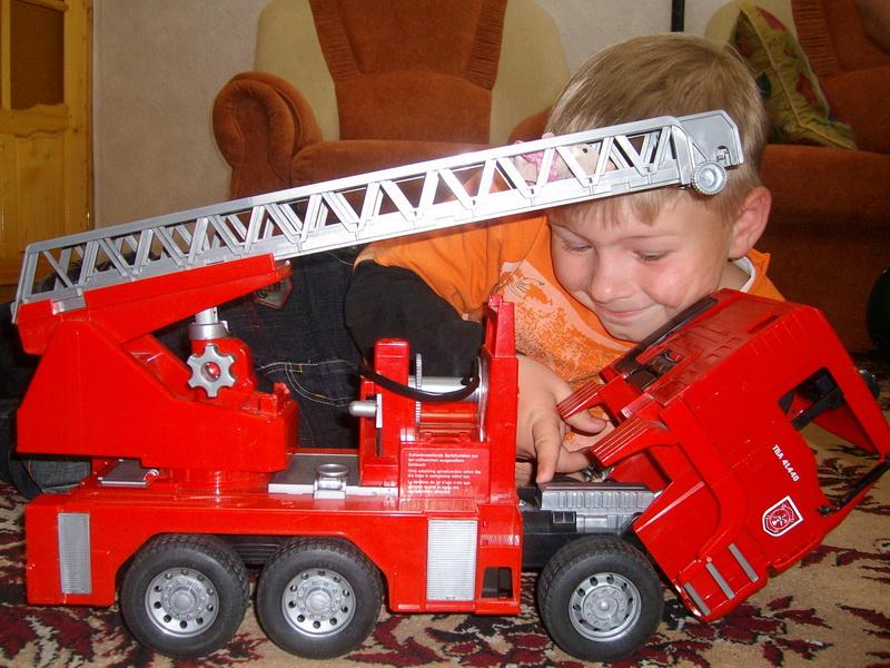 Киря с машиной. Дети с игрушками