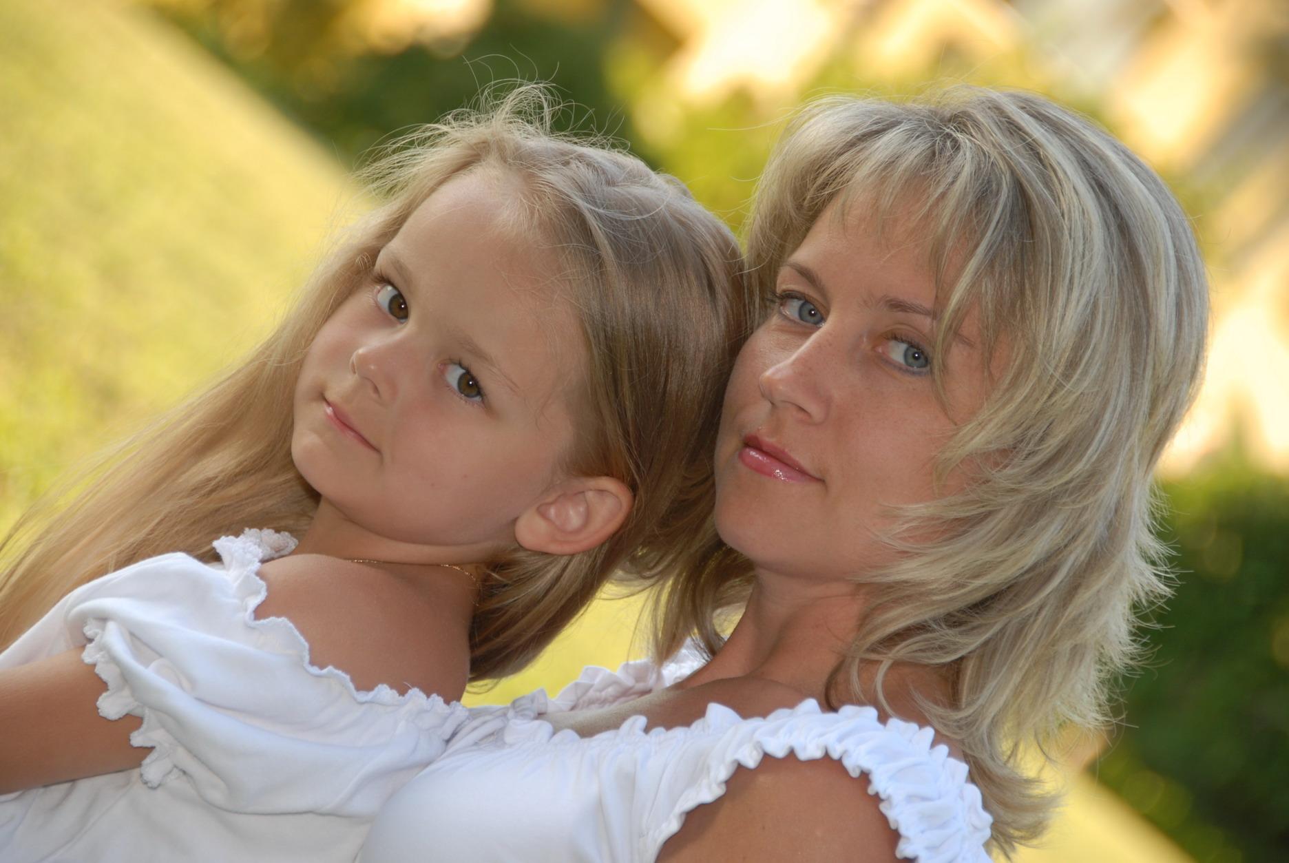 Как сестренки - мама и дочь. Закрытое голосование фотоконкурса 'Красотки'