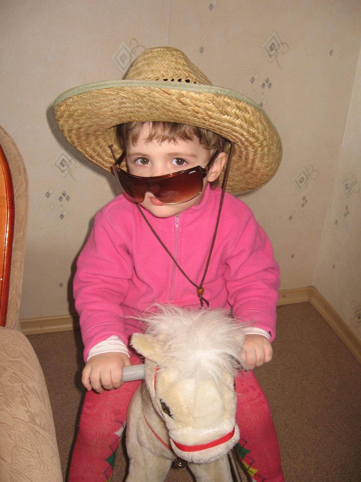 Мы поедим, мы помчимся на лошадке утром ранним!. Дети с игрушками