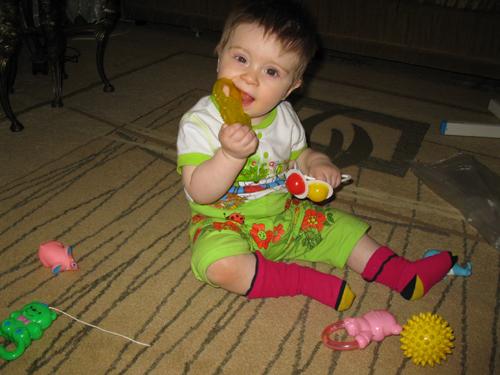 У Самирки зубики растут- все игрушки в ход идут!. Пробуем на зуб!