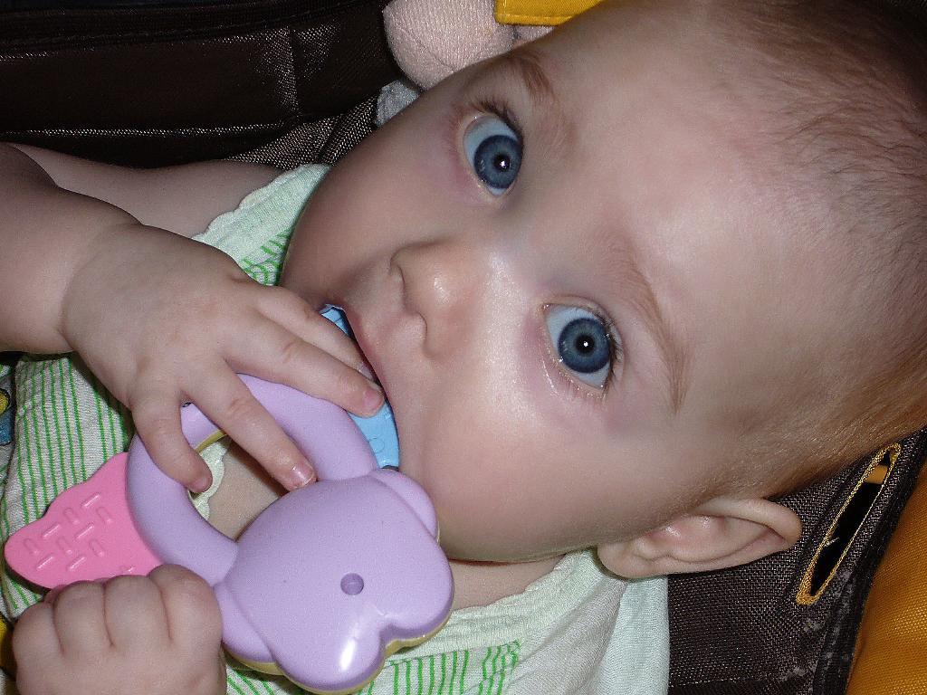 Каролиночка, 8 месяцев. Пробуем на зуб!