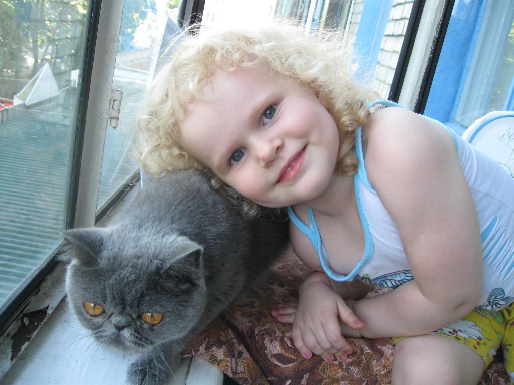 пушистики. Ребенок и   котенок