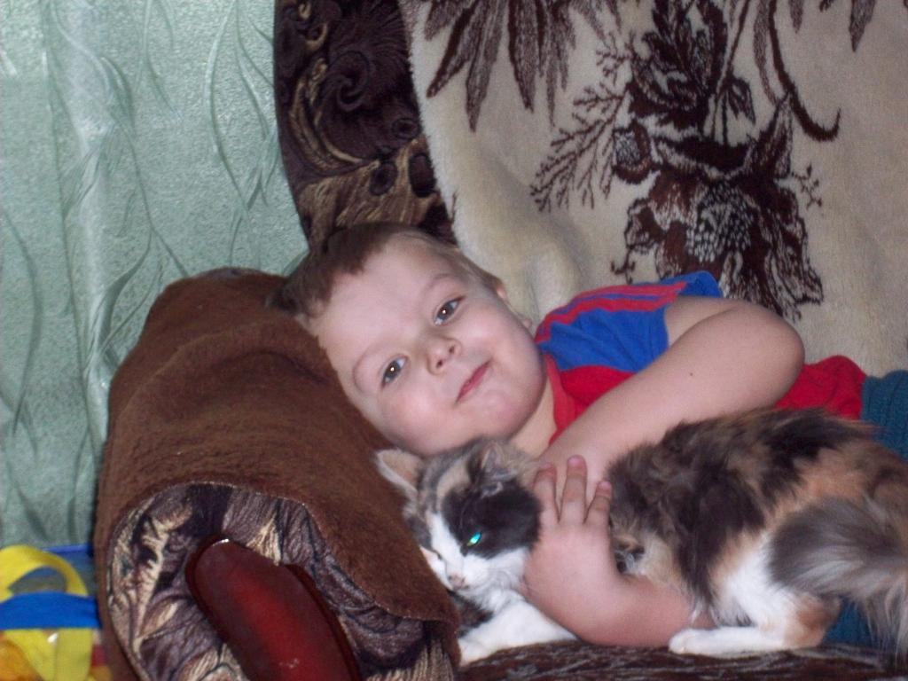 Будем  спать!. Ребенок и   котенок