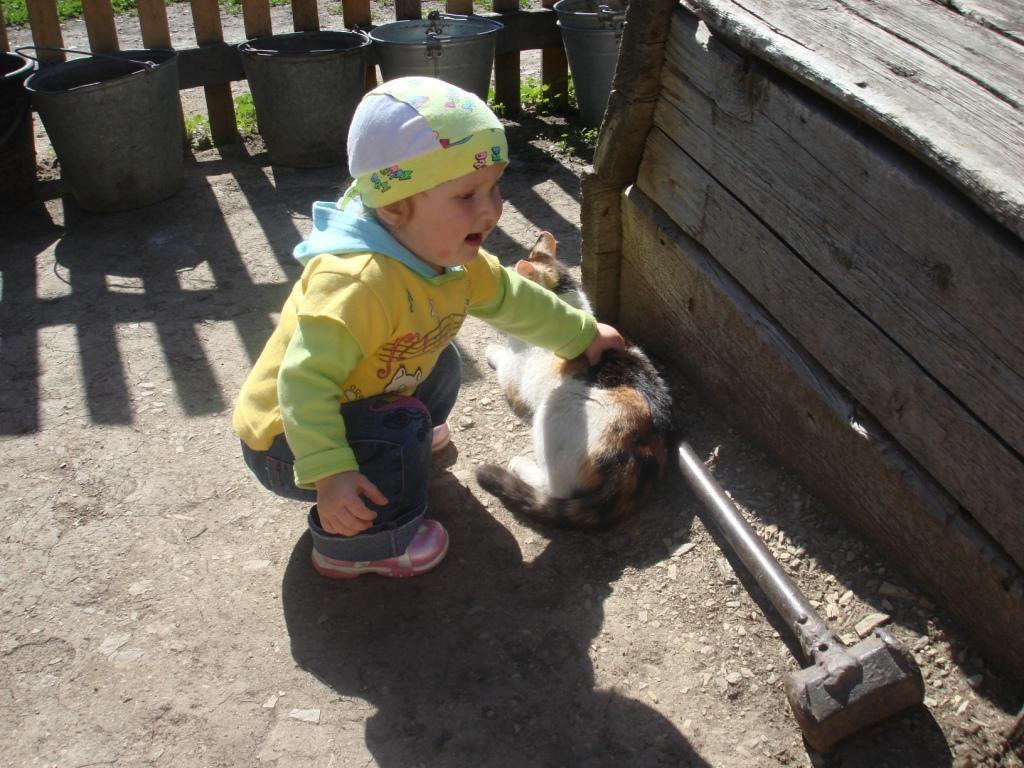 от меня не убежишь.... Ребенок и   котенок