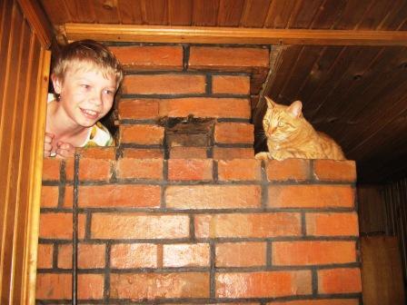 А вот и мы!. Ребенок и   котенок