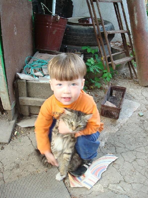 С БОНИФАЦИЕМ ВДВОЕМ МЫ И СПЛЯШЕМ И СПОЕМ!. Ребенок и   котенок