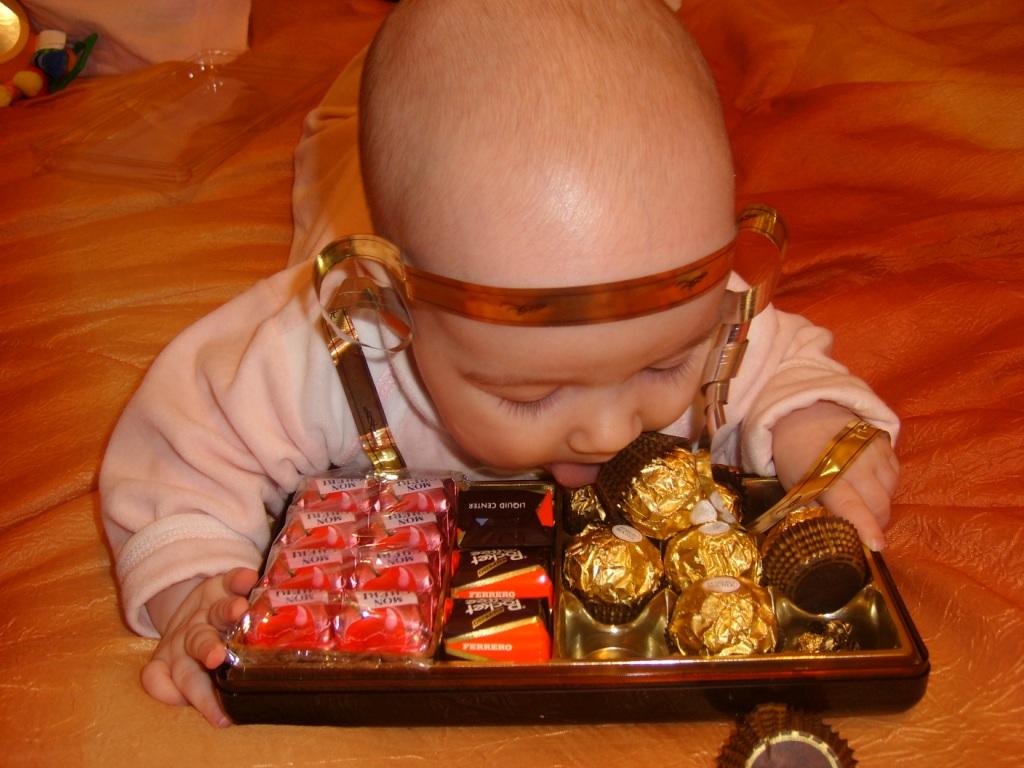 Маленькие детки любят сладкие конфетки. Пробуем на зуб!