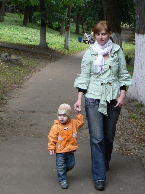 Руку дал!!!. С мамой на прогулке
