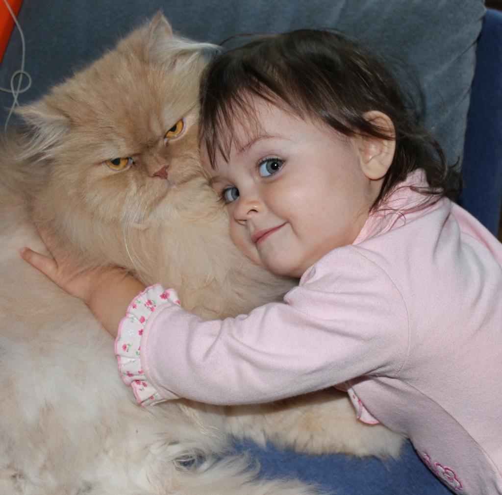 Какой же ты мягкий и  пушистый:)). Ребенок и   котенок