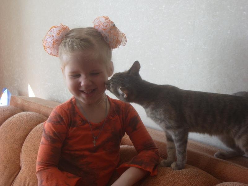 Это лУбовь !!!. Ребенок и   котенок