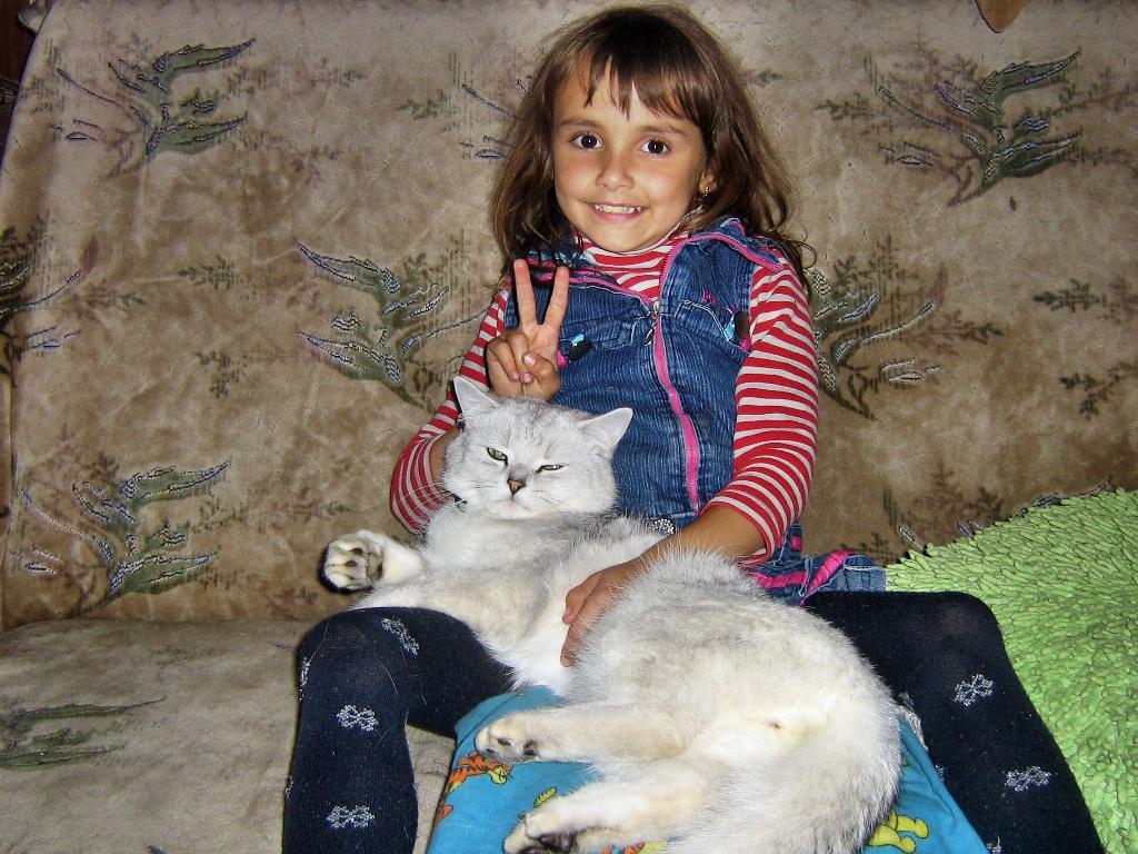 Принцесса и 'Барон'. Ребенок и   котенок