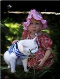 Дашуня и Масяня на прогулке. Ребенок и   котенок