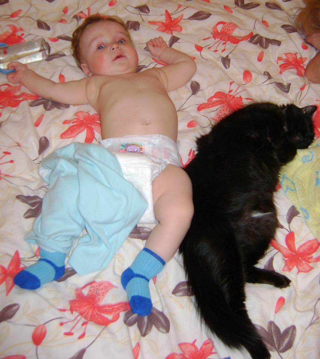 Мам. одевай нас быстрее, а то мы уже спим.  . Ребенок и   котенок