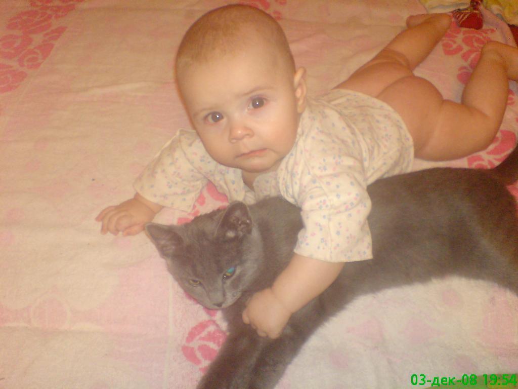 Максюша и Дымок. Ребенок и   котенок