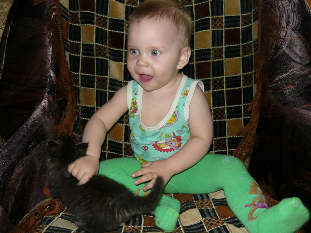 Моя доченька. Ребенок и   котенок