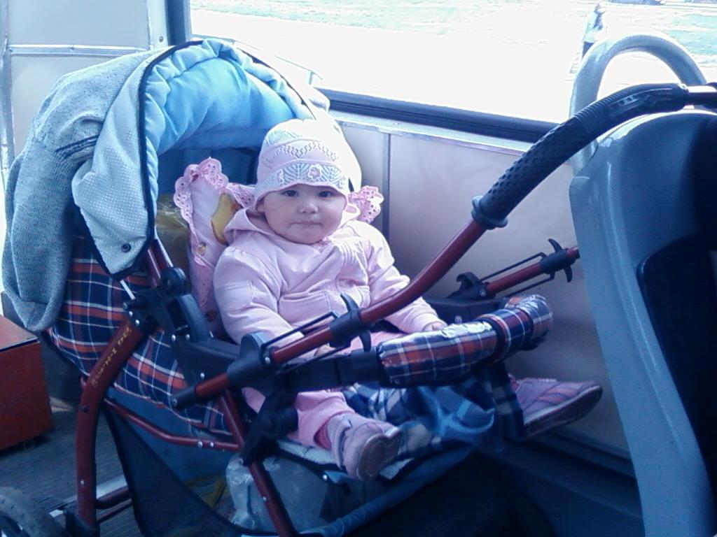 В трамвае. Юные путешественники