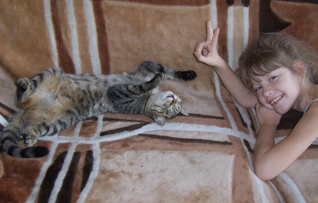 Подружки. Ребенок и   котенок