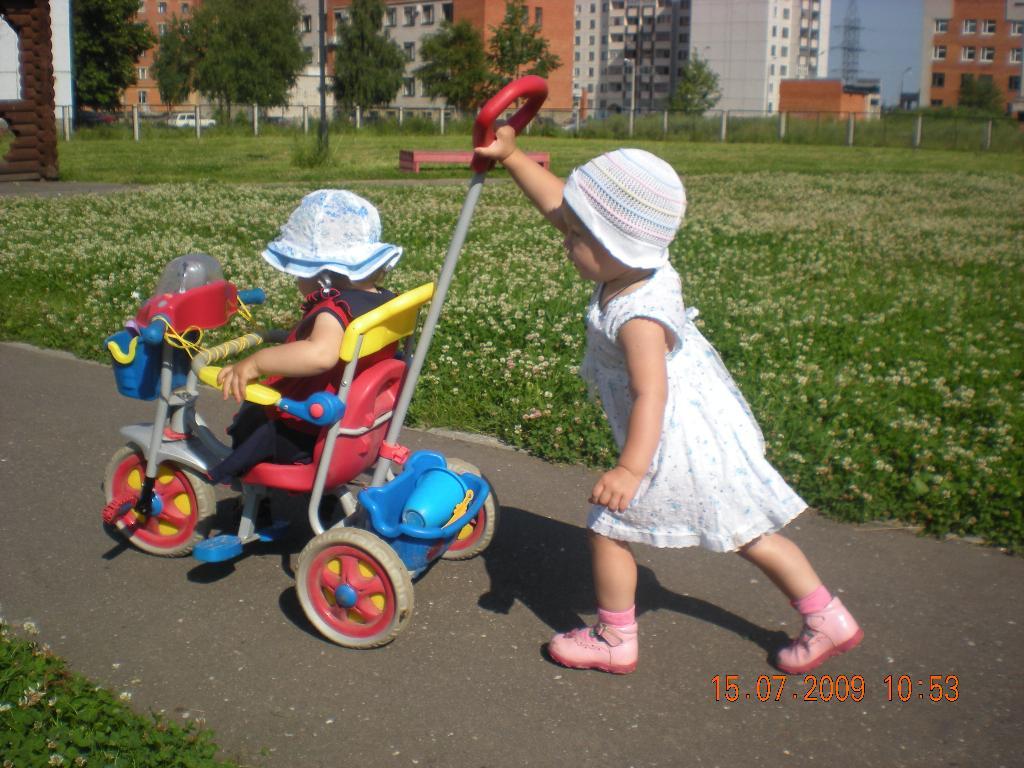 Экскурсия по детской площадке.. Юные путешественники
