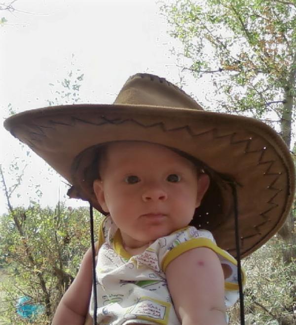 Мой любимый малыш собрался в поход:). Белая панама