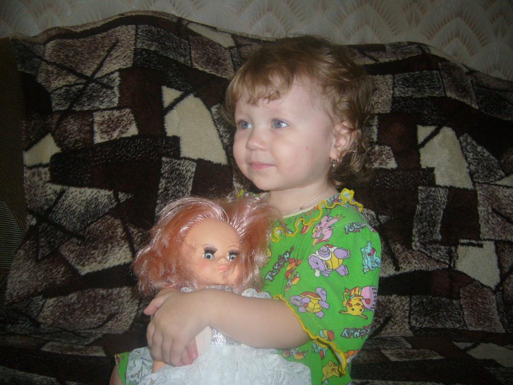 доченька со своей любимой куклой. Мои игрушки