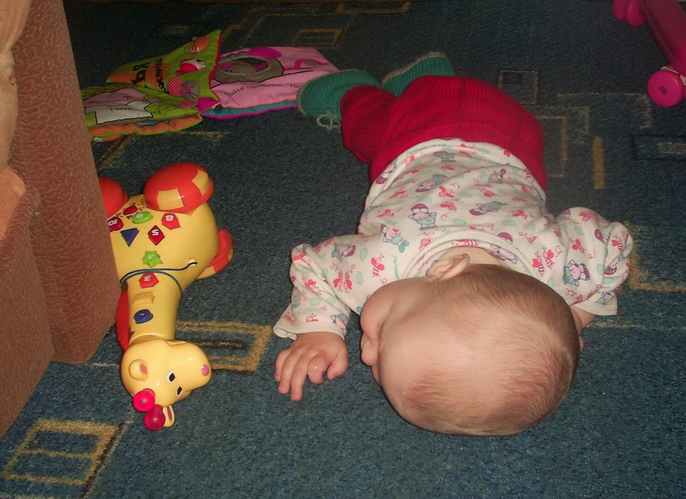 рядом с Ксюшкой спит любимая игрушка.... Мои игрушки