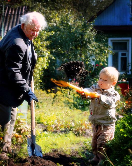 Салют героям огородного труда:). Маленький герой