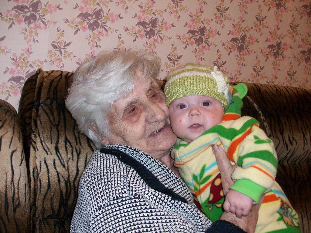 Лилия с пробабушкой (3мес.5дней). Стар и мал