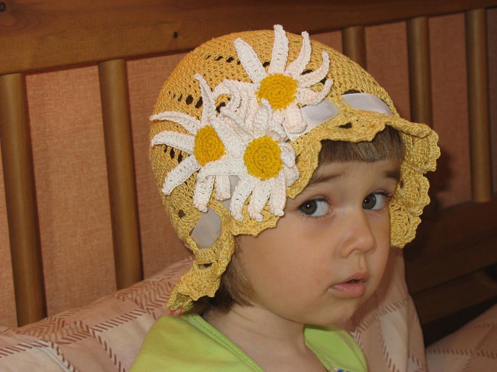 Мама вяжет, дочка красуется. Белая панама