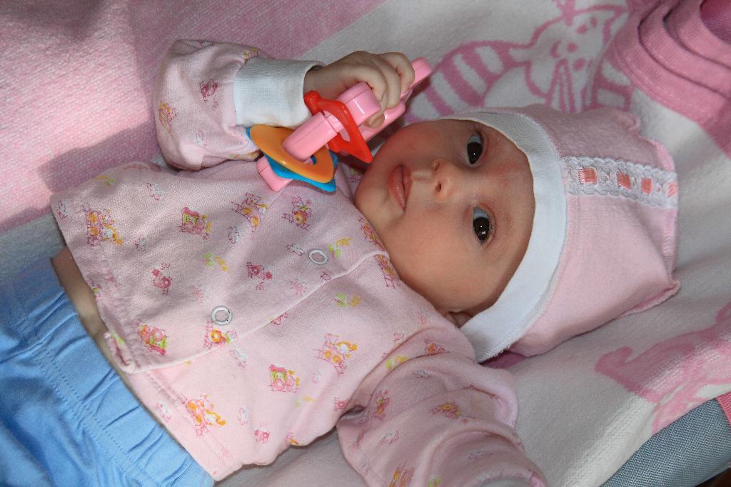 Лерочка с  игрушкой  подаренной ей в день рождения. . Мои игрушки