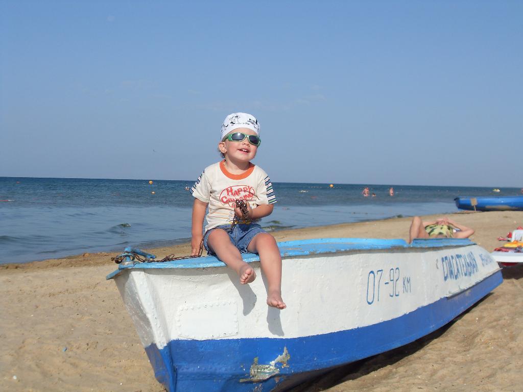 Юный спасатель солнечного пляжа. Белая панама