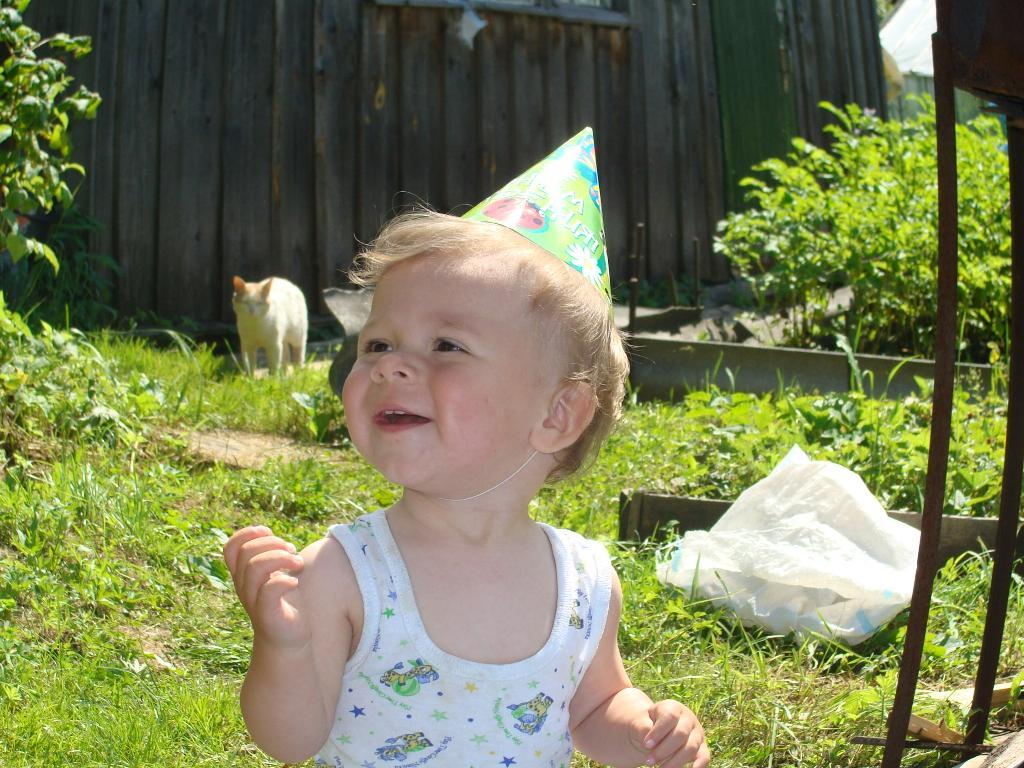 Веселая шляпка и первый день рождения. Белая панама