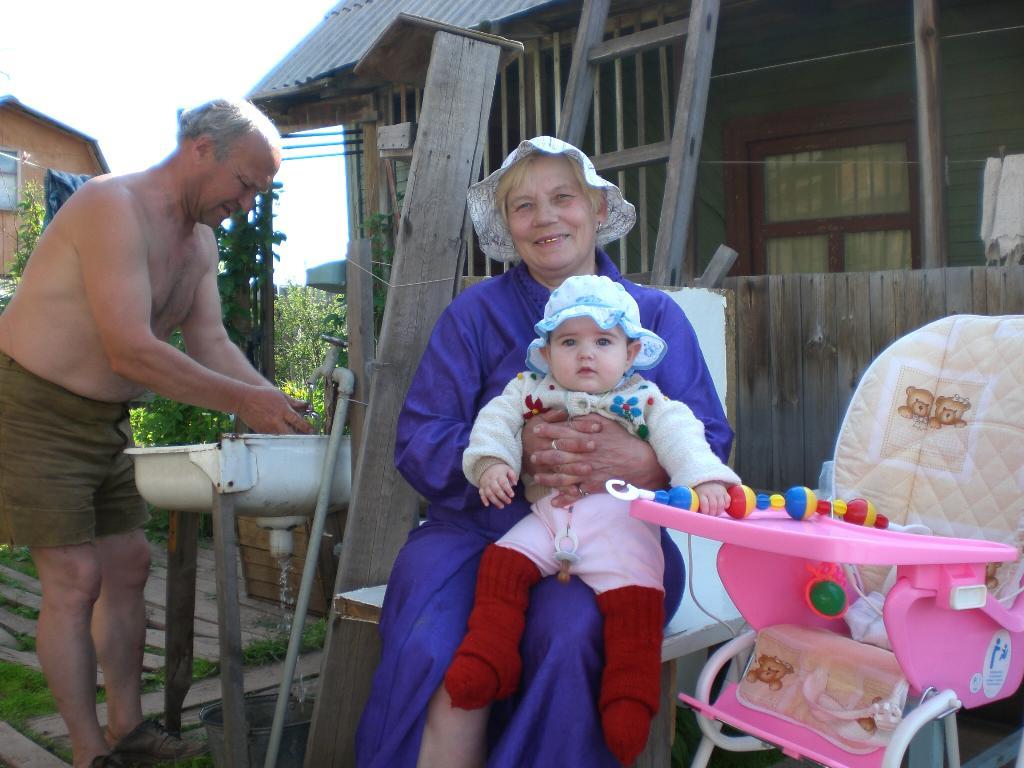 На даче у бабушки и дедушки. Белая панама