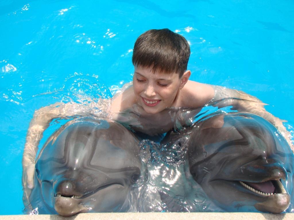 На дельфинах я катался и нисколько не боялся!!. Маленький герой