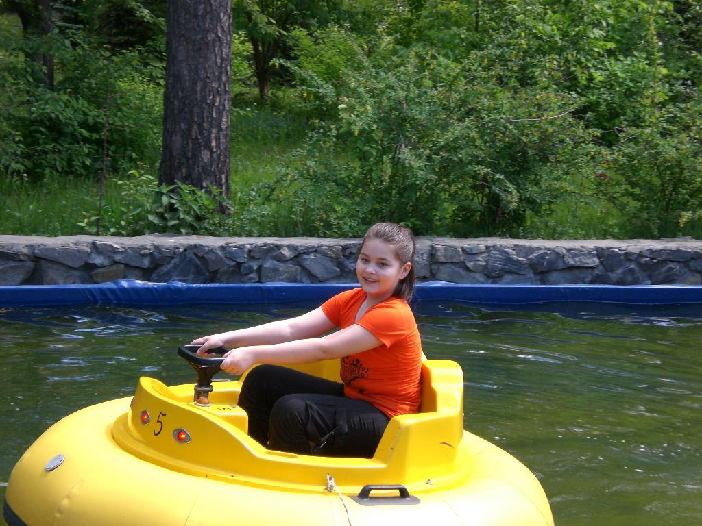 Карина покоряет водную стихию . Маленький герой
