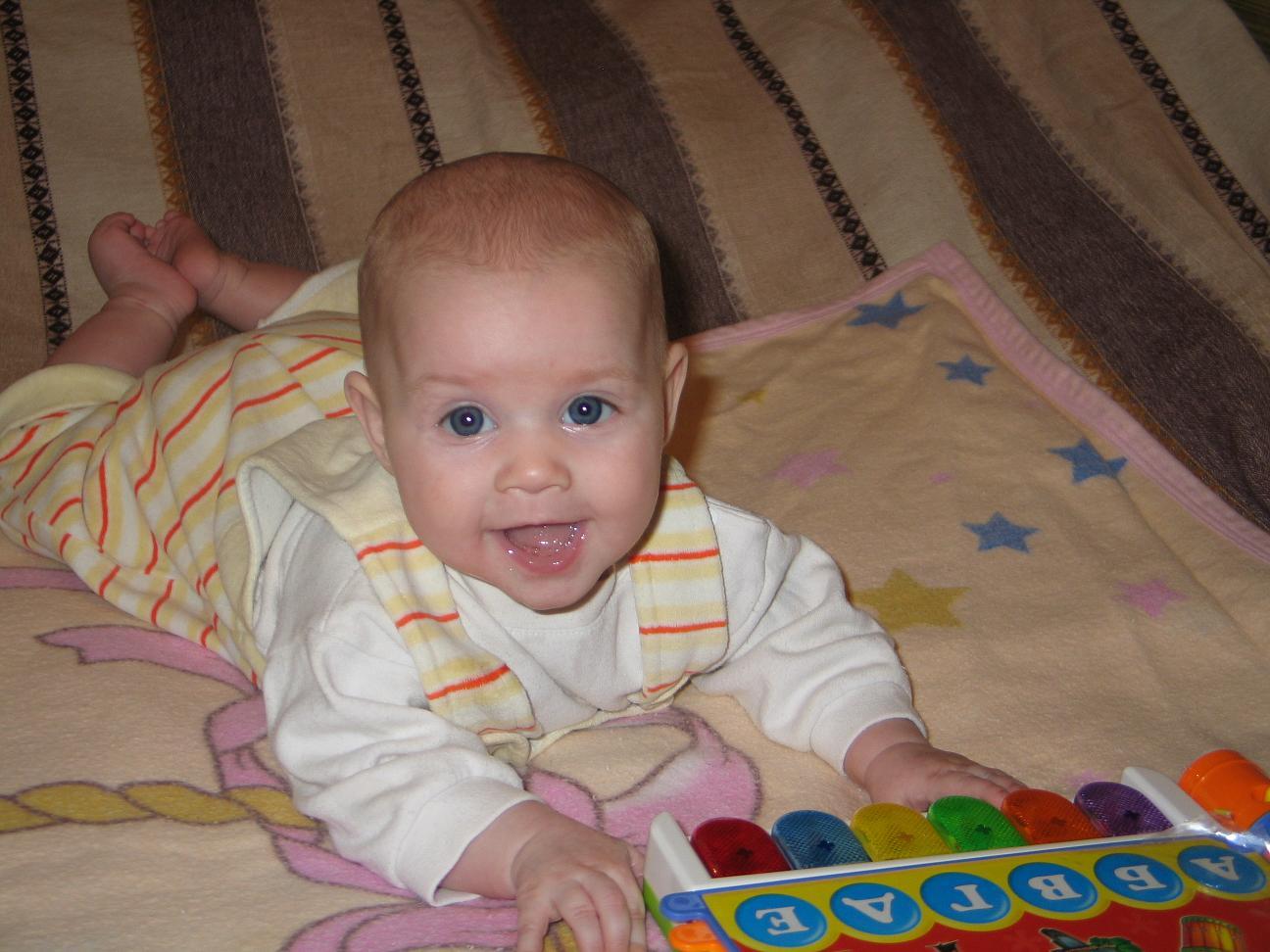 Каринка изучает алфавит в 4!!! месяца. Время улыбаться