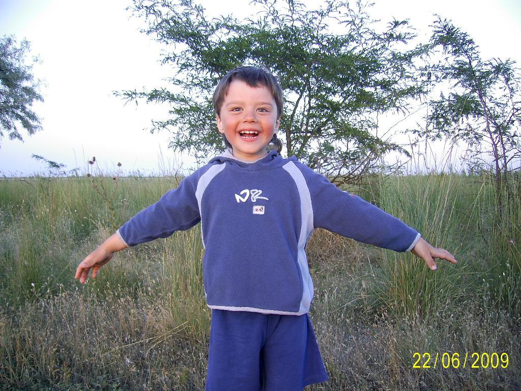 Довольный и счастливый ребёнок. Время улыбаться