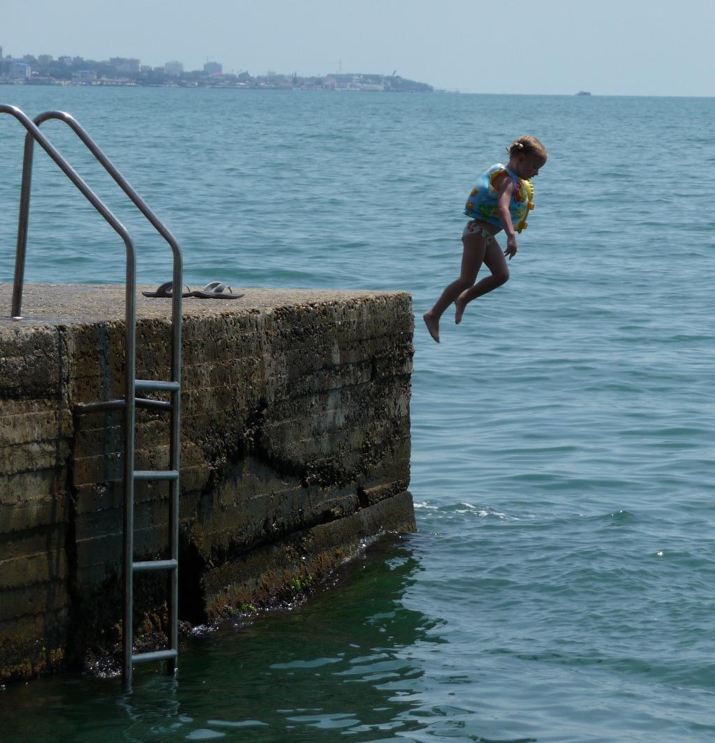 Мама, я хочу быть водолазкой :)       ( Полинке 4 года). Маленький герой