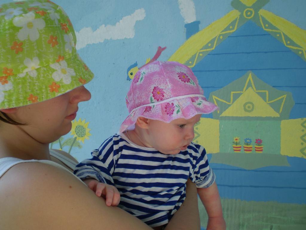 Мама в панамке, и дочка в панамке. Белая панама