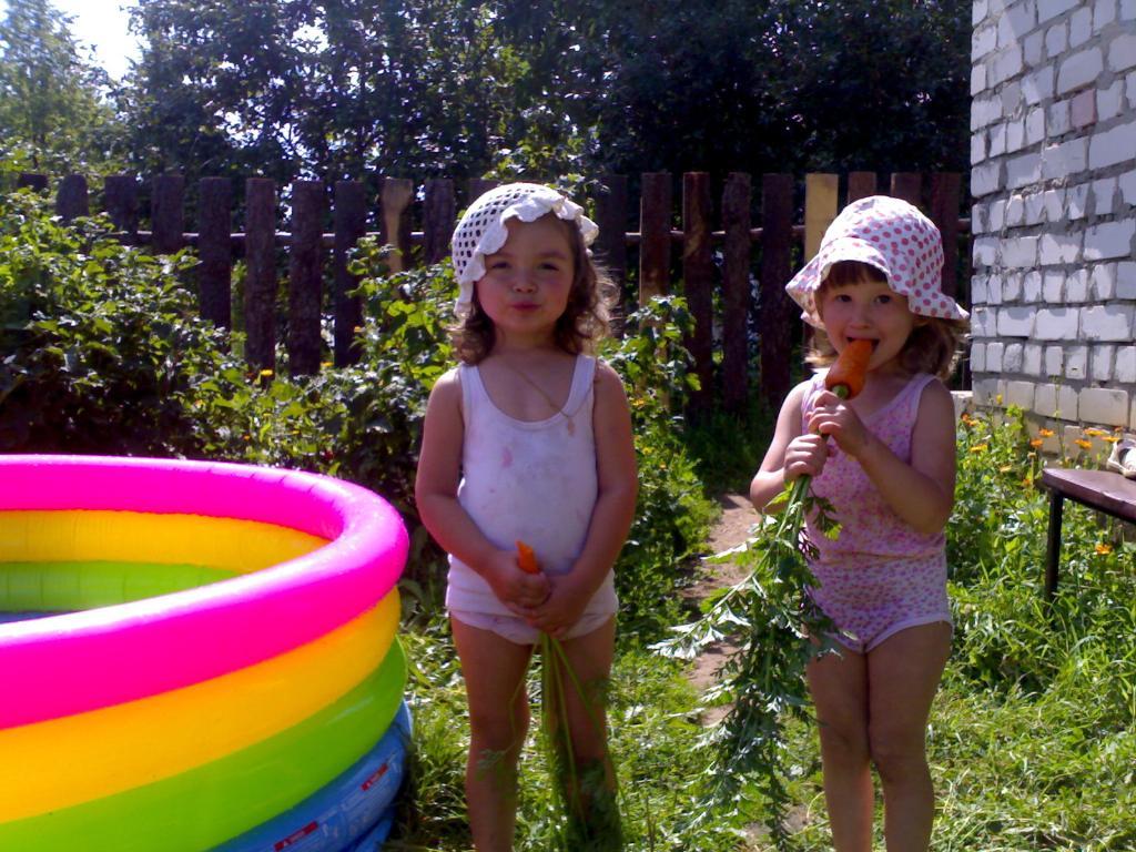 сестренки в панамках  этим летом на даче. Белая панама