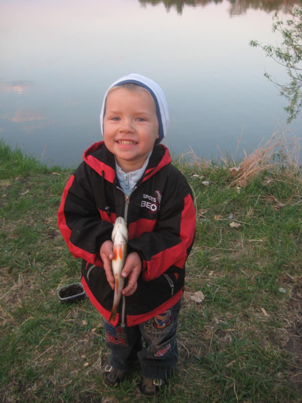 осень...можно прогуляться на рыбалку!!!. Маленький герой