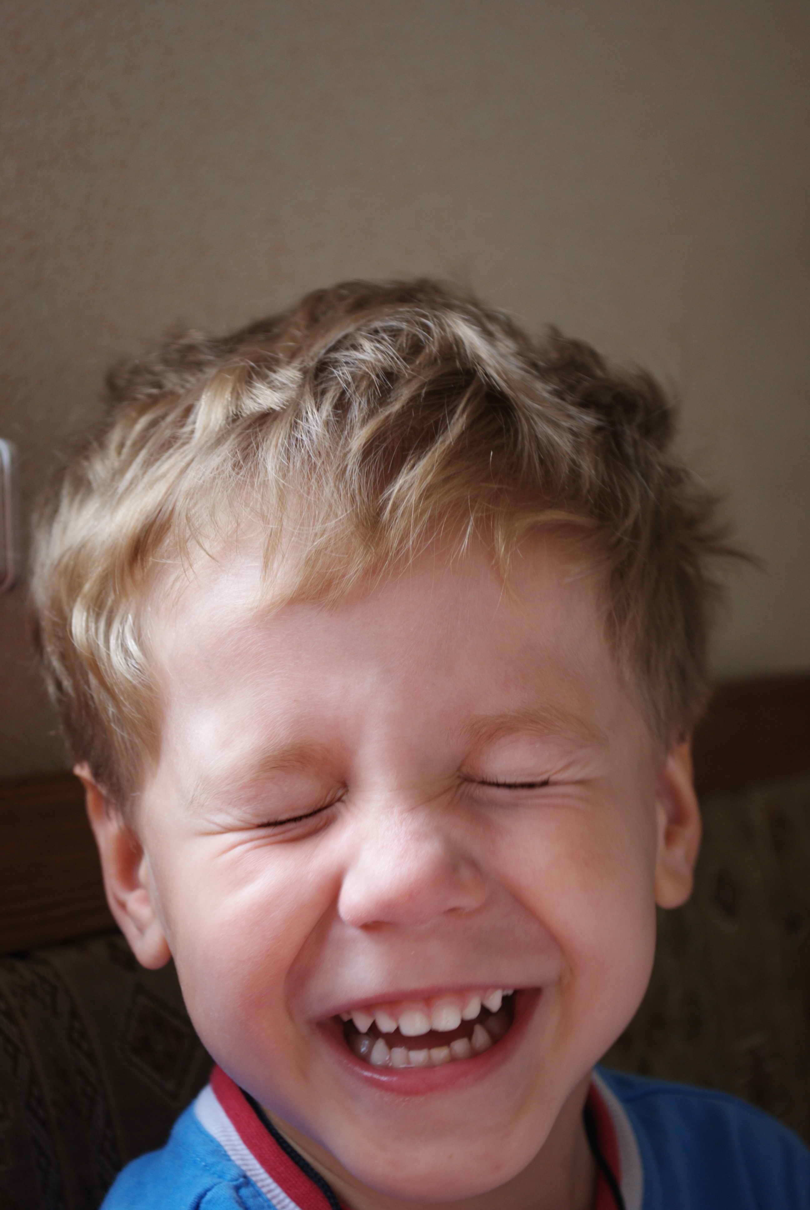 Антон смеется. Время улыбаться