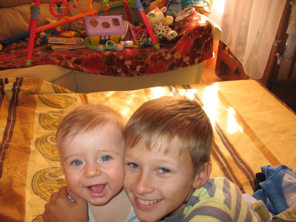 Матвей с братом. Братишки и сестренки